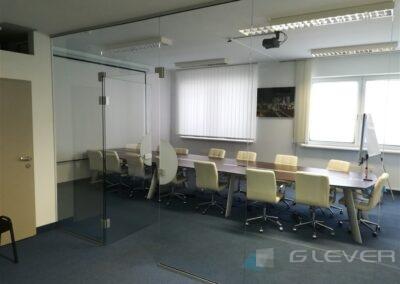 Szklana ściana w biurze