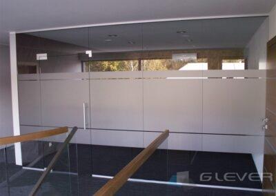 Ścianka w biurze z folią matową