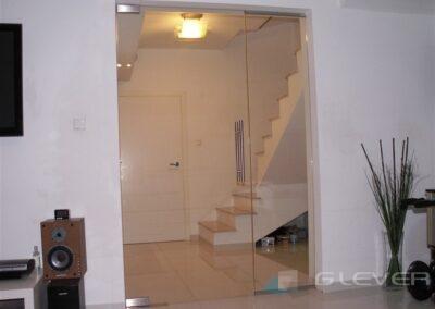 Drzwi uchylne z samozamykaczem